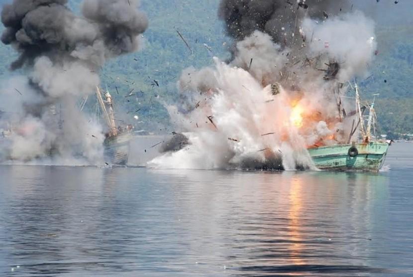 TNI kembali menenggelamkan dua kapal pencuri ikan
