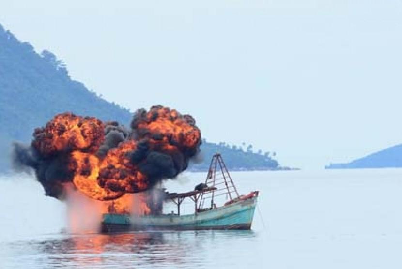 Kapal asing pencuri ikan yang ditenggelamkan di perairan Indonesia. ilustrasi