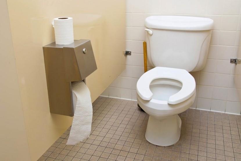 Toilet dengan dudukan yang memiliki celah di depan.