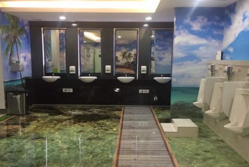 Toilet tiga dimensi (3D) yang terdapat di Bandara Sultan Aji Muhammad Sulaiman (SAMS) Sepinggan, Balikpapan.