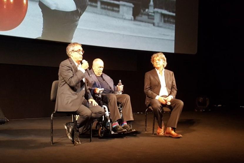 Tokoh film dunia Bernardo Bertolucci (di kursi roda) memberikan pengantar pada pemutaran film 'Da'wah' di Festival Film Roma di dampingi Sutradara film tersebut, Italo Spinelli (kanan).