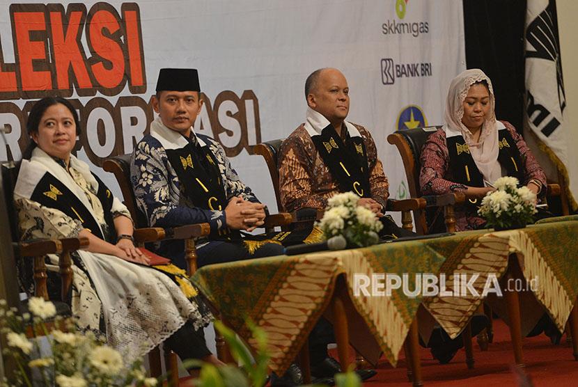 Tokoh muda Puan Maharani (kiri), Agus Harimurti Yudhoyono (kedua kiri), Ilham Habibie (kedua kanan) serta Yenny Wahid menjadi pembicara pada diskusi sarasehan nasional yang diselenggarakan oleh ICMI di Jakarta, Senin (21/5).