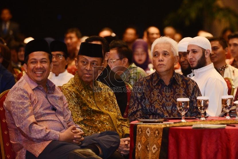 Tokoh Nasional Hatta Rajasa (kanan) bersama Wakil Ketua DPR Amir Hamzah (kiri) menghadiri Halal bi Halal yang dilaksanakan di Menara 165, Jakarta Selatan, Rabu (12/8).