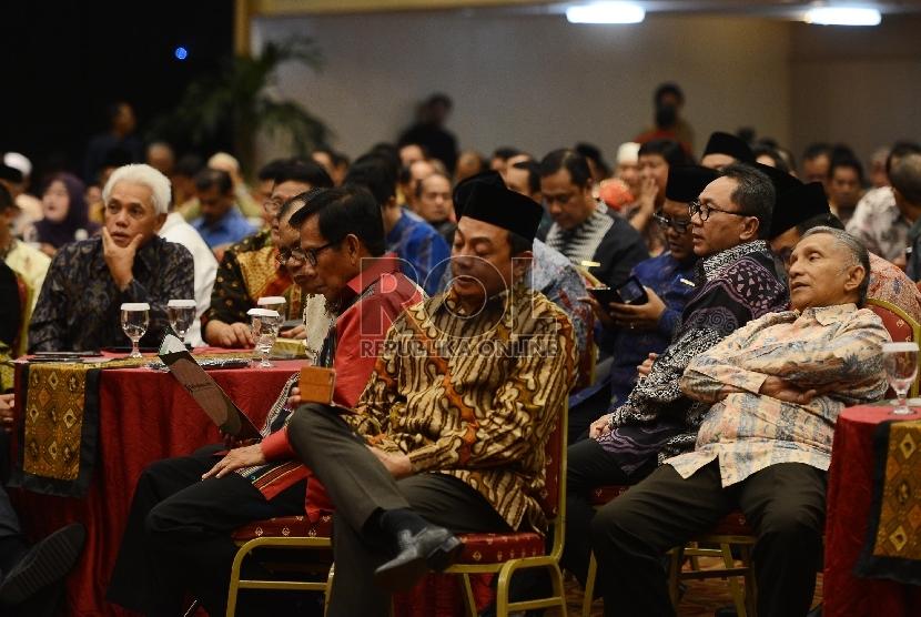Tokoh Nasional Hatta Rajasa (kiri) bersama Ketua MPR Zulkifli Hasan (kedua kanan), dan Tokoh Nasional Amin Rais (kanan) menghadiri Halal bi Halal yang dilaksanakan di Menara 165, Jakarta Selatan, Rabu (12/8).