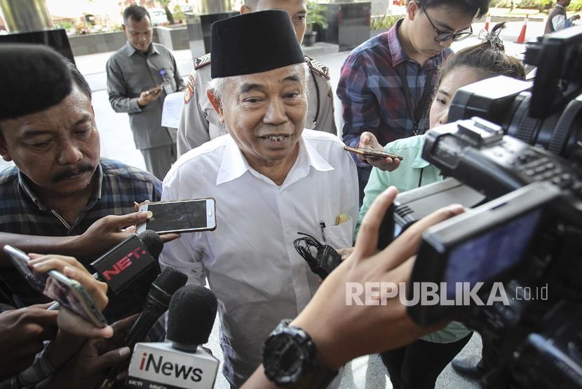 Tokoh PPP Jawa Timur, Asep Saifuddin Chalim (tengah), tiba untuk menjalani pemeriksaan di Gedung KPK, Jakarta, Senin (25/3).