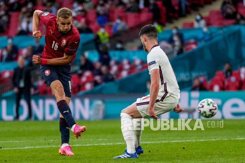 Tomas Soucek dari Republik Ceska (kiri)menendang bola pada pertandingan grup D kejuaraan sepak bola Euro 2020 antara Republik Ceska dan Inggris di stadion Wembley di London,  Rabu (23/6) dini hari WIB.