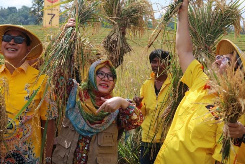 Tommy Soeharto dan Mbak Tutut dalam acara panen raya di Purbalingga (22/3)).
