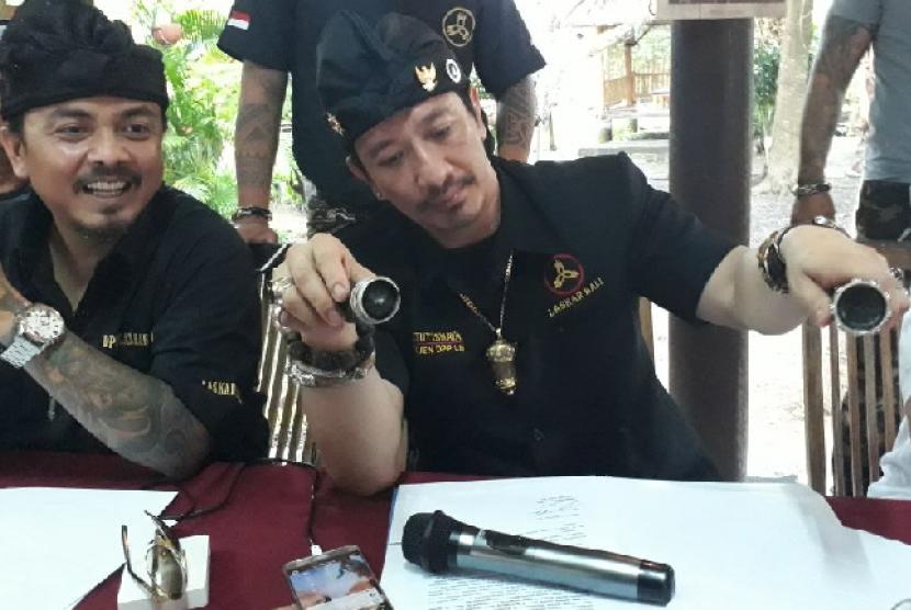 Tongkat komando sempat menjadi pembicaraan hangat di kalangan warganet dalam aksi penolakan safari dakwah Ustaz Abdul Somad di Bali beberapa waktu lalu. Tongkat yang diduga senjata tajam tersebut dibawa salah satu anggota organisasi kemasyarakatan (ormas) terbesar di Pulau Dewata, Laskar Bali saat merengsek masuk ke dalam Hotel Aston Denpasar, tempat Ustaz Somad menginap.