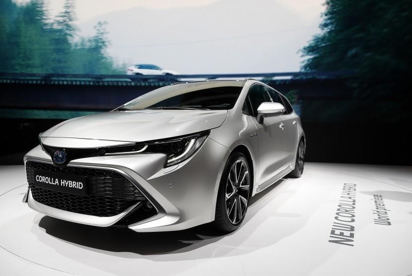 Toyota Corolla Hybrid dipamerkan di Paris Motor Show 'Mondial de l'Automobile' di Paris, Prancis, (2/10).