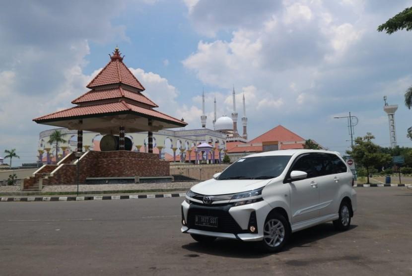 Toyota New Veloz di Masjid Agung Jawa Tengah, di Semarang, Jawa Tengah.