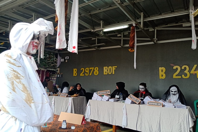 TPS 073 Gunung Balong yang bertema horor ini menarik perhatian warga dan wartawan saat Pemilu 2019