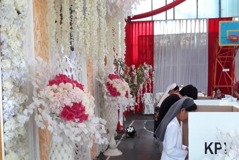 TPS 18, Gadingkasri, Klojen, Kota Malang menampilkan nuansa merah putih dan pelaminan, Rabu (17/4).