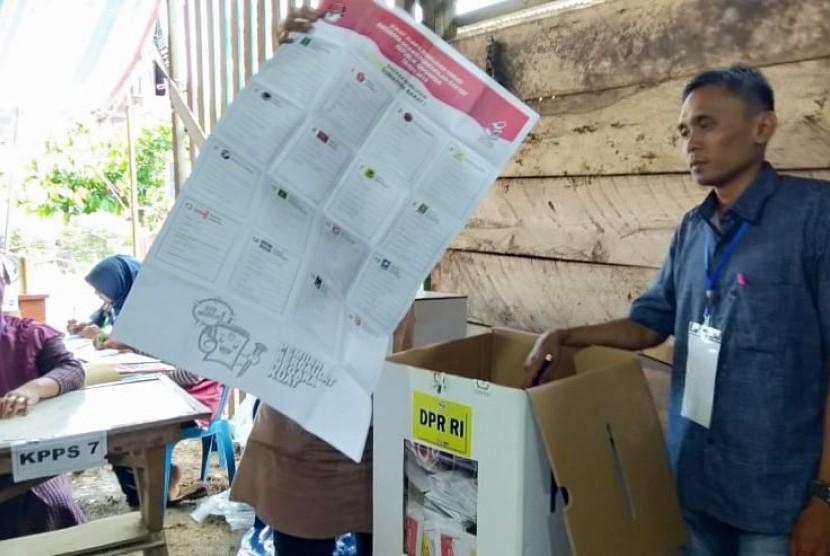 Ilustrasi pemungutan suara di TPS 6, Jorong Gelanggang Tangah Sungayang, Kabupaten Tanah Datar, Sumbar.