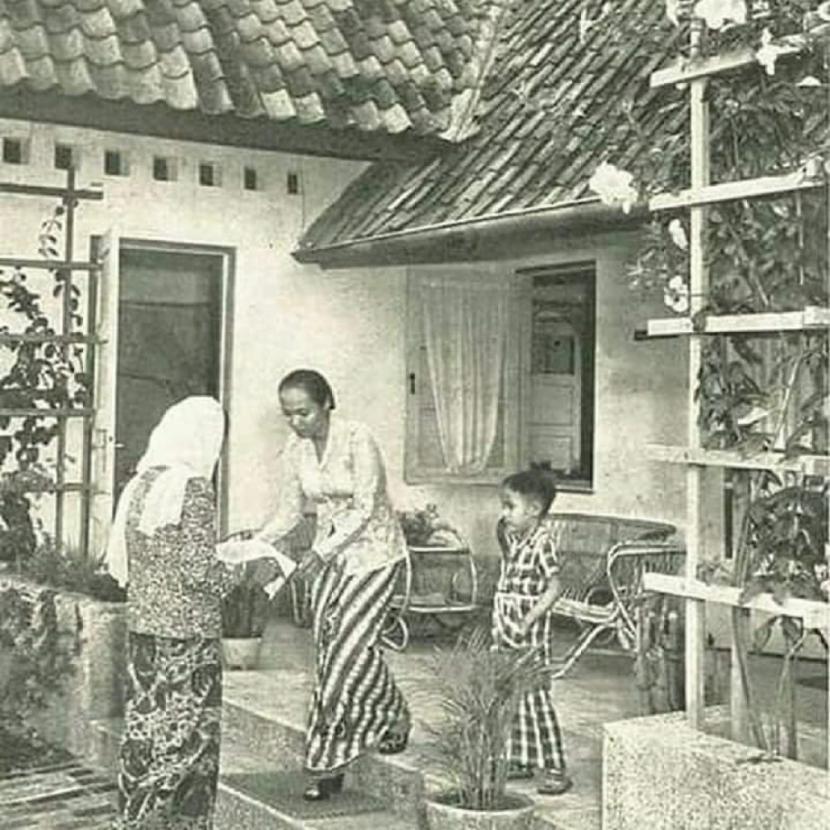 Tradisi berbagi makanan lebaran di masa lalu.