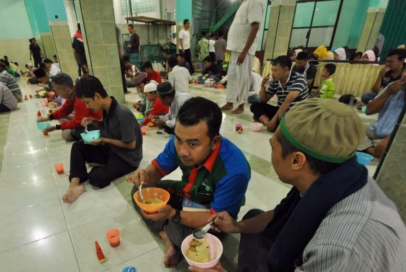 Tradisi Ramadhan di masjid Jami' Pekojan, Kelurahan Purwodinatan, Kecamatan Semarang Tengah, Kami (17/5). Selama bulan suci Ramadhan pengurus masjid ini menyiapkan tak kurang 250 mangkuk 'Bubur Koja' sebagai takjil berbuka puasa yang bisa dinikmati cuma cuma
