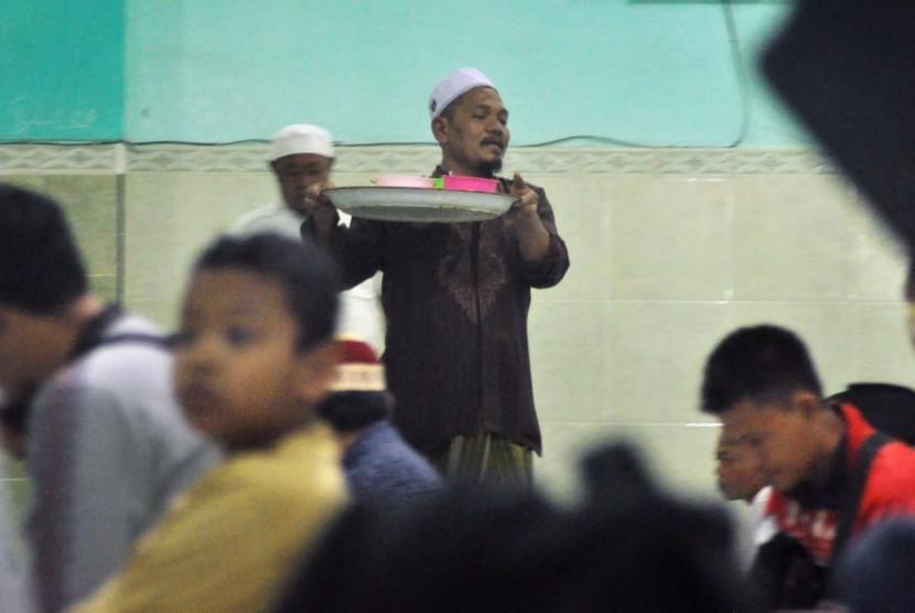 Tradisi Ramadhan di masjid Jami' Pekojan, Kelurahan Purwodinatan, Kecamatan Semarang Tengah, Kami (17/5). Selama bulan suci Ramadhan pengurus masjid ini menyiapkan tak kurang 250 mangkuk 'Bubur Koja' sebagai takjil berbuka puasa yang bisa dinikmati cuma cuma.