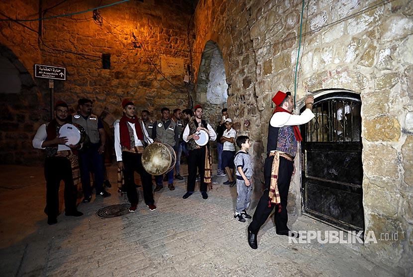 'Mesaharaty' (petugas yang membangunkan warga untuk bersahur) membangunkan warga Casbah di Kota Tua Hebron - Tepi Barat. Mereka menabuh alat musik perkusi dan tetabuhan lain membangunkan warga selama Ramadhan.