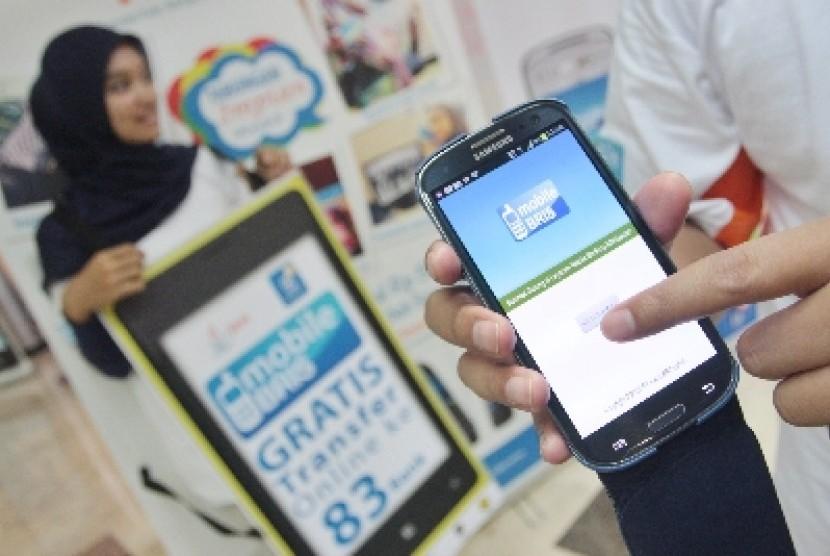 Transaksi lewat mobile banking menunjukkan kenaikan yang signifikan, sebaliknya nasabah mulai meninggalkan cara bertransaksi dengan datang langsung ke bank.
