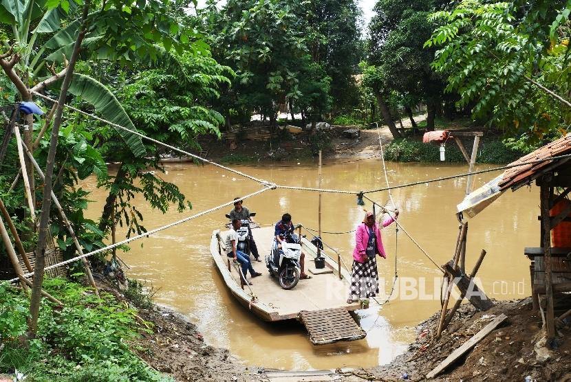 Transportasi getek masih dirasakan perlu bagi warga yang akan menyeberangi kali Bekasi dari kampung Bledug ke kampong Sukabedah atau sebaliknya, di Kabupaten Bekasi, Ahad (18/9). (Republika/ Darmawan)