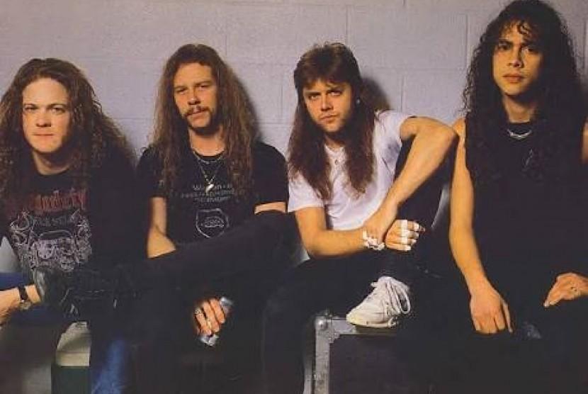 Tren rambut gondrong pada 1990-an dipengaruhi oleg gaya rambut personel Metallica