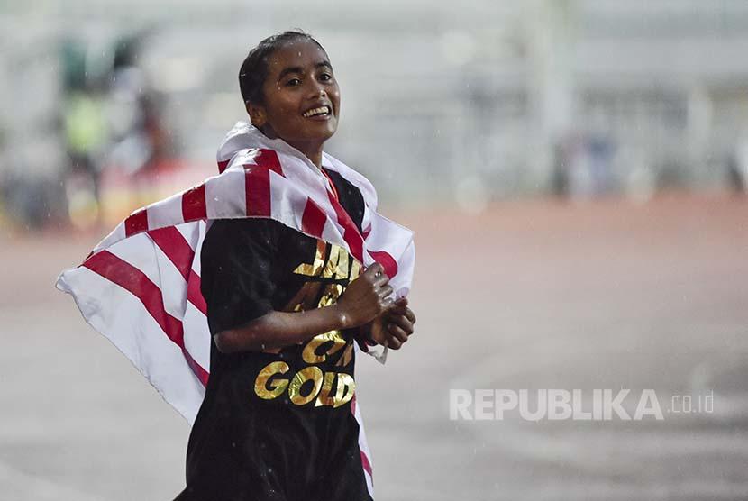 Triyaningsih merayakan medali emas pada nomor 10.000m putri PON XIX