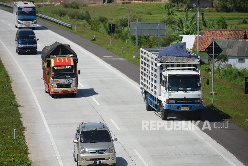 Truk angkutan barang melintas di jalan tol. ilustrasi  (Republika/Wihdan)