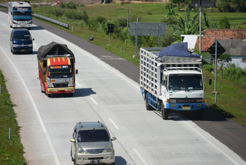 Truk angkutan barang melintas di ruas Tol Cipali, Jawa Barat. (Ilustrasi)