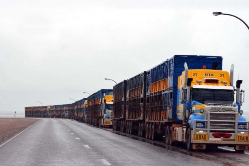 Truk angkutan ternak antri di Pelabuhan Darwin, Australia.
