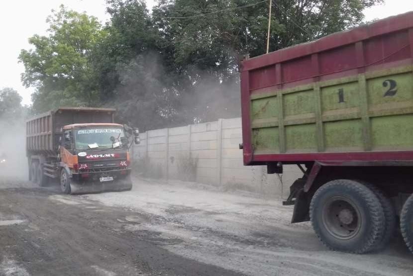 Truk melintasi jalan di Parungpanjang, Kabupaten Bogor, Rabu (26/9).