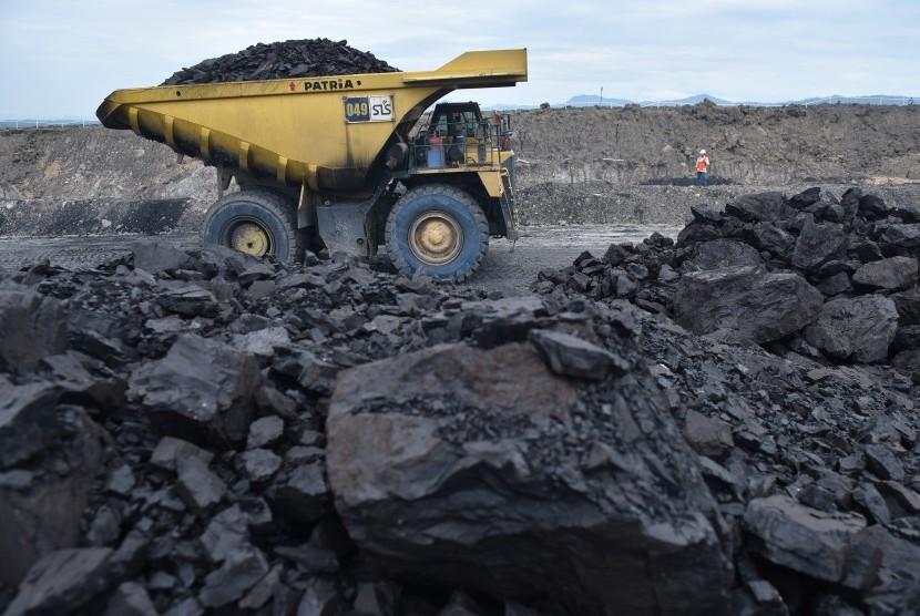 Truk membawa batubara di area pertambangan PT Adaro Indonesia di Tabalong, Kalimantan Selatan, Selasa (17/10).