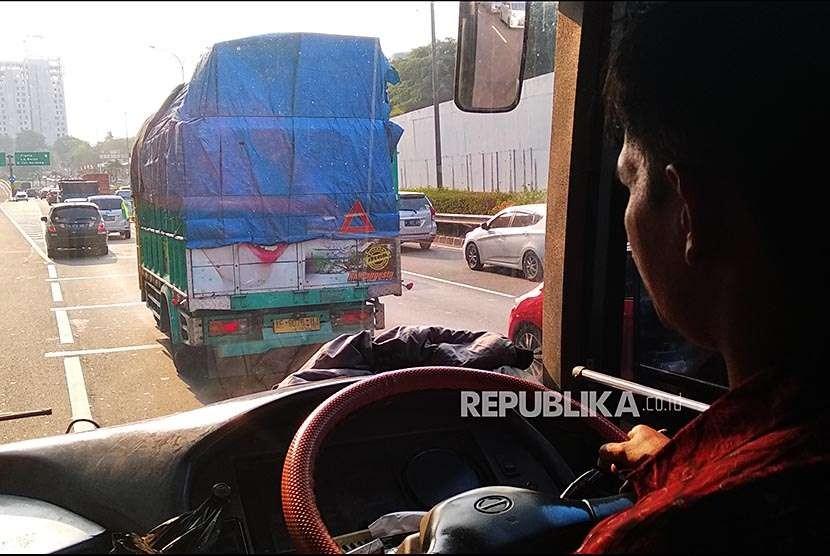 [Ilustrasi] Truk pengangkut barang melintasi jalan tol JORR di TB Simatupang, Jakarta Selatan.