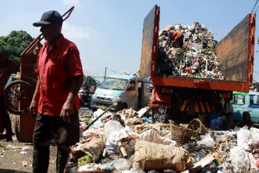 Truk pengangkut sampah (ilustrasi).
