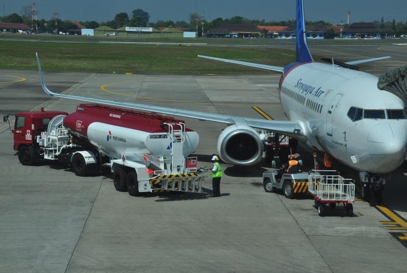 Truk tangki berisi Avtur berada di dekat pesawat yang akan melakukan proses pengisian bahan bakar di Bandara Internasional Adi Soemarmo, Boyolali, Jawa Tengah, Selasa (30/6).