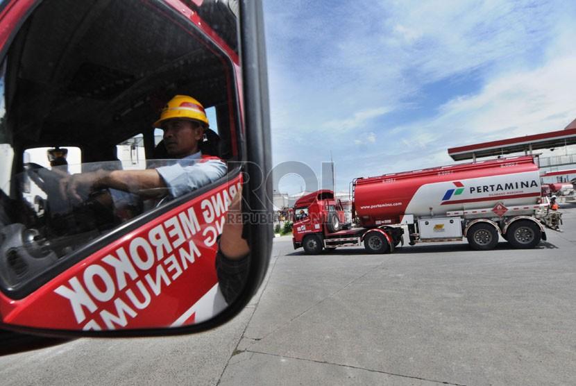 Truk tangki melintas usai diisi bahan bakar minyak (BBM) di Depo Pertamina Plumpang, Jakarta, Senin (23/12).  (Republika/Aditya Pradana Putra)