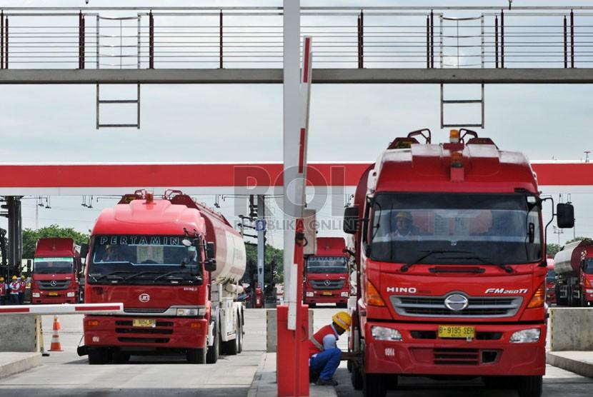 Truk tangki sedang mengisi bahan bakar minyak (BBM) di Depo Pertamina Plumpang, Jakarta, Senin (23/12).  (Republika/Aditya Pradana Putra)