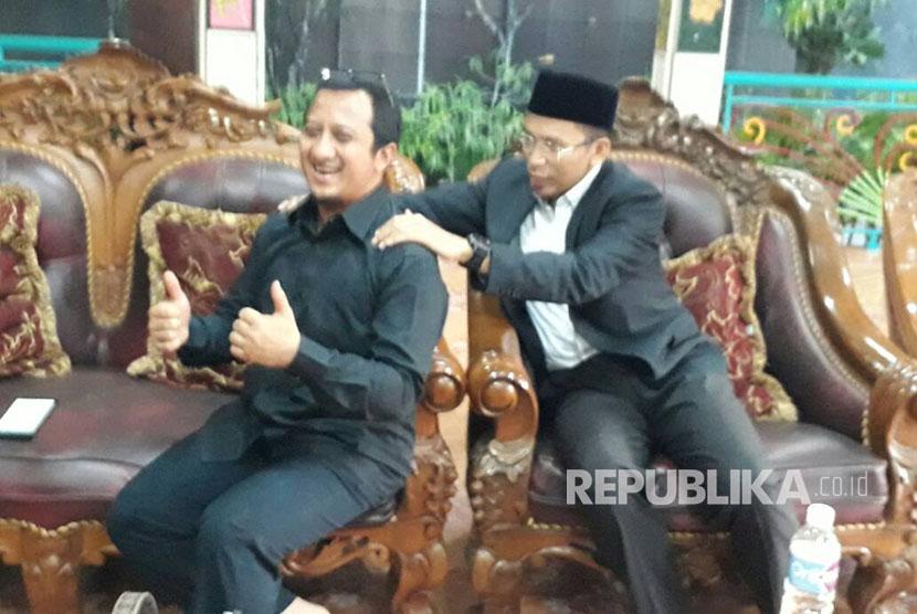 Tuan Guru Bajang (TGB) Muhammad Zainul Majdi dan Ustaz Yusuf Mansur saling pijat di rumah Amien Rais, Sleman, DIY, Jumat (12/5).
