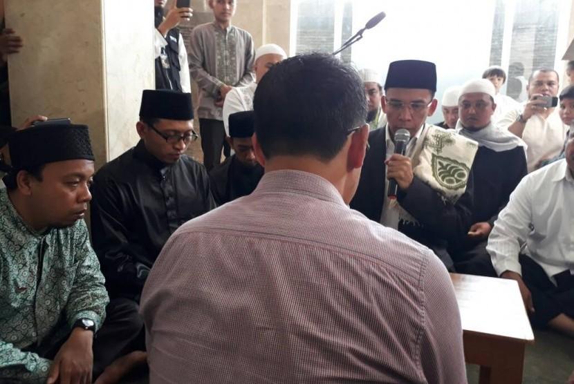 Tuan Guru Bajang (TGB) Muhammad Zainul Majdi membimbing seorang mualaf untuk melantunkan dua kalimat syahadat di Masjid Al Firdaus, Sewon, Bantul, DIY, Jumat (12/5).