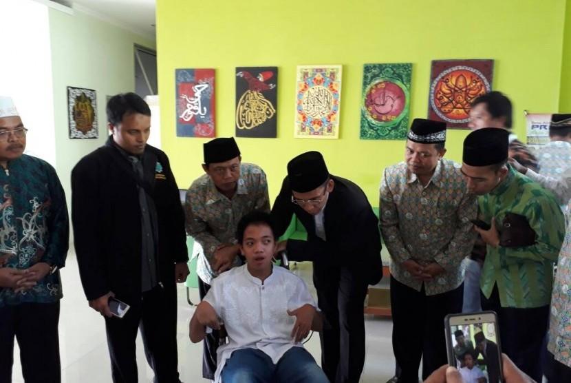 Tuan Guru Bajang (TGB) Muhammad Zainul Majdi menyimak setoran hafalan Alquran oleh santri difabel, Fajar, di PPTQ Ibnu Abbas, Klaten, Jawa Tengah, Jumat (12/5).