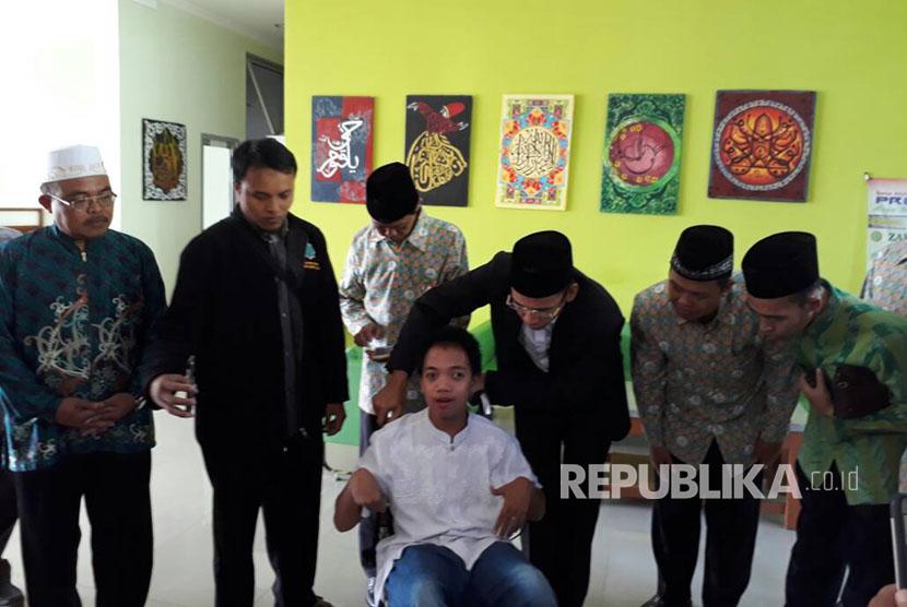 Tuan Guru Bajang (TGB) Muhammad Zainul Majdi menyimak setoran hapalan Alquran oleh santri penyandang disabilitas, Fajar di PPTQ Ibnu Abbas, Klaten, Jawa Tengah, Jumat (12/5).