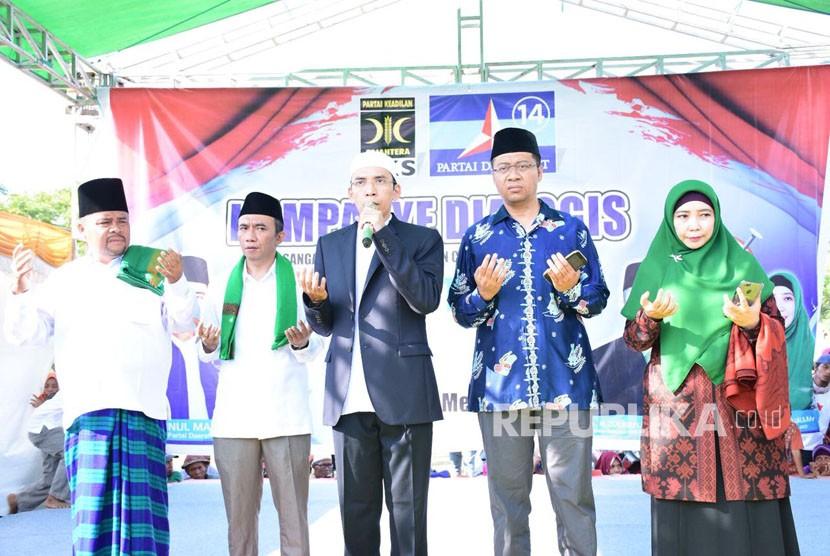 Tuan Guru Bajang (TGB) Muhammad Zainul Majdi turun sebagai juru kampanye pasangan Zulkieflimansyah dan Siti Rohmi Djalilah (Zul-Rohmi) dam Syamsul Lutfi dan Najamuddin (Fiddin) di Lapangan Sakra dan dan Lapangan Montong Gading, Kabupaten Lombok Timur, NTB, pada Senin (14/5).