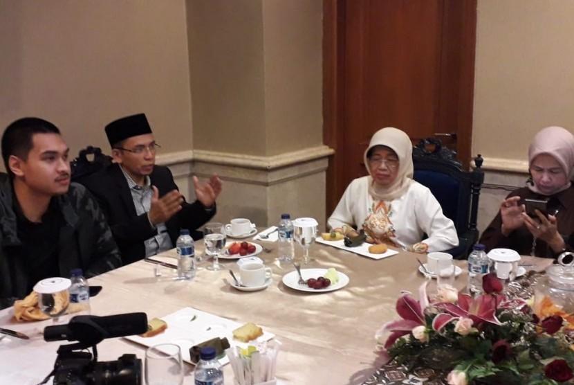 Tuan Guru Bajang (TGB) Zainul Majdi bertemu dengan Ibunda Preside Joko Widodo, Sudjiatmi Notomiharjo, di The Sunan Hotel Solo, Jumat (1/2). Dalam pertemuan tersebut, TGB meminta Sudjiatmi untuk terus mendoakan Presiden Jokowi.