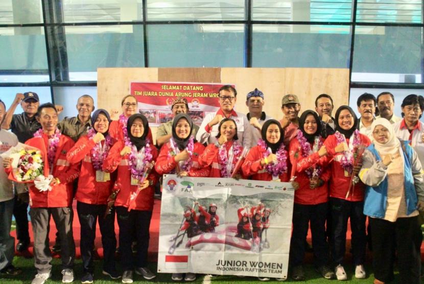 Tujuh srikandi arung jeram yang meraih juara dunia, pulang ke Tanah Air.