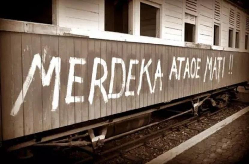 Tulisan Merdeka Ataoe Mati menghiasi gerbong kereta di awal kemerdekaan.