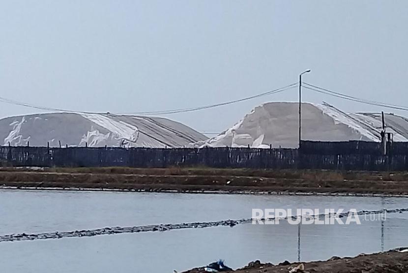 Tumpukan garam impor tampak menggunung di sebuah gudang yang terletak di dekat exit tol  Kanci, Kabupaten Cirebon. Foto diambil pada 30 Juli 2017..