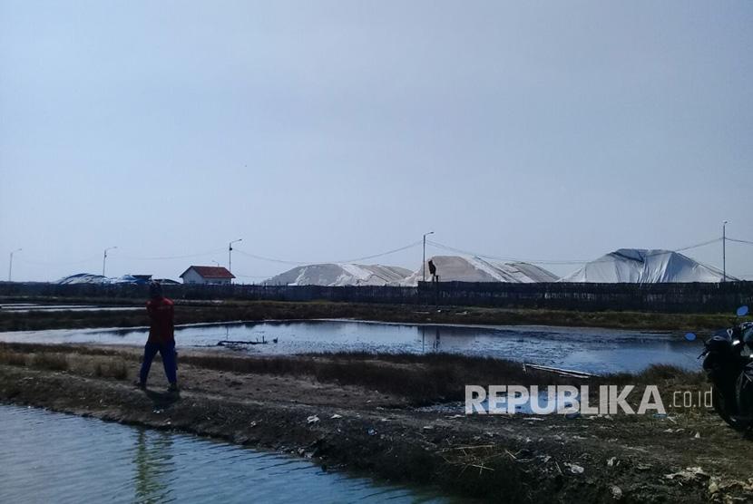 Tumpukan garam impor tampak menggunung di sebuah gudang yang terletak di dekat exit tol  Kanci, Kabupaten Cirebon, Ahad (30/7).