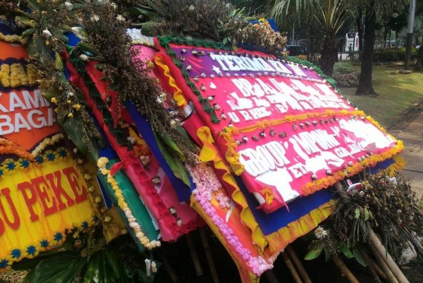 Tumpukan karangan bunga yang sudah rusak di Balai Kota.