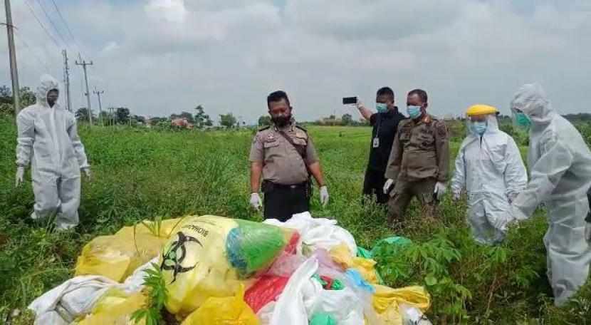 Tumpukan sampah berisi pakaian alat pelindung diri (APD) ditemukan di sisi jalan Desa Tenjo, Kecamatan Tenjo, Kabupaten Bogor, Selasa (2/2).