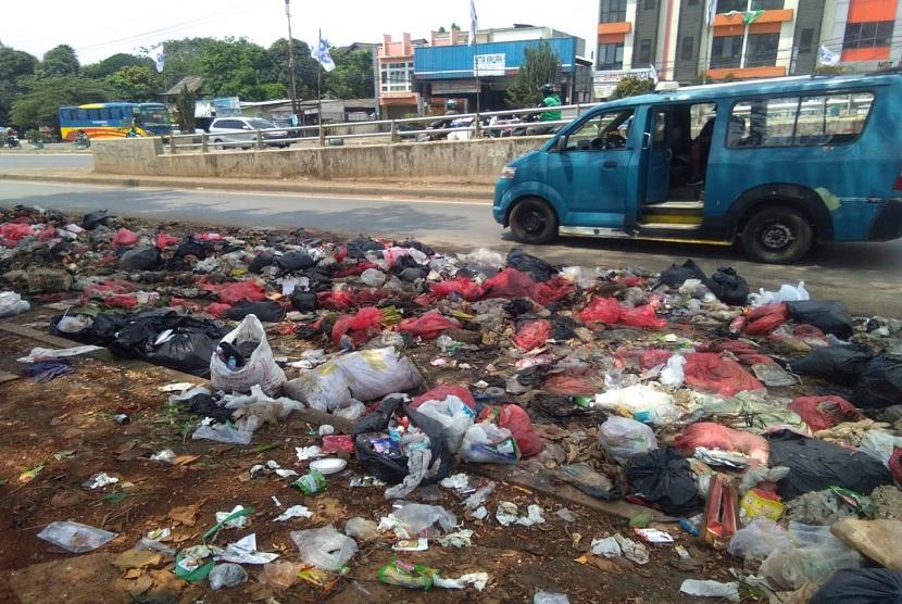 Tumpukan sampah berserakan di Jalan Raya Jonggol,  Cileungsi,  Kabupaten Bogor. Sampah ini berasal dari sampah rumah tangga milik warga.
