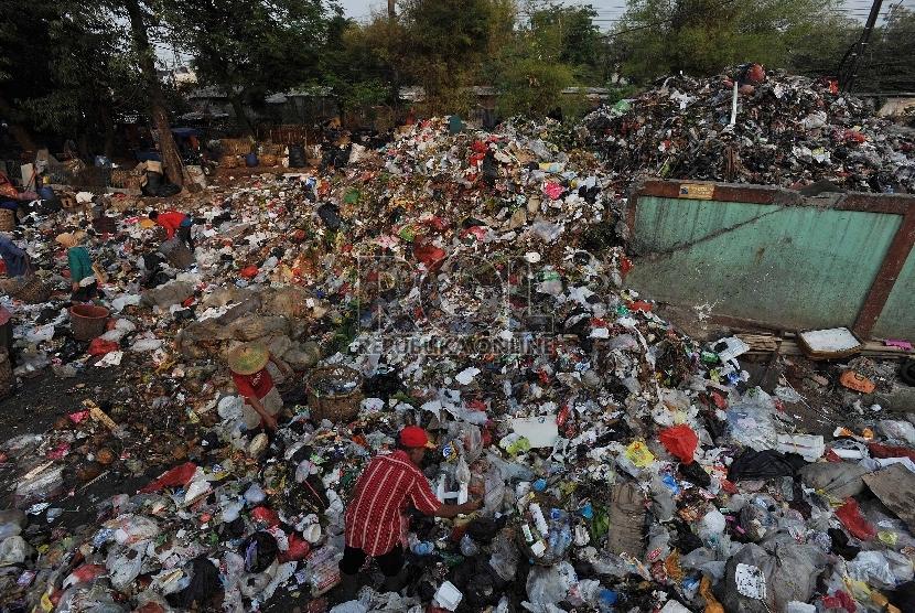 Tumpukan sampah di Tempat Pembuangan Sampah Sementara kawasan Kalibata, Jakarta Selatan, Rabu (4/10).Republika/Edwin Dwi Putranto