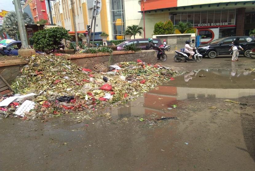 Tumpukan sampah menumpuk di sisi Jalan RE Martadinata, Cikarang Utara, Kabupaten Bekasi. Sampah-sampah tersebut berasal dari sampah organik yang dibuang oleh para pedagang pasar tradisional Cikarang.